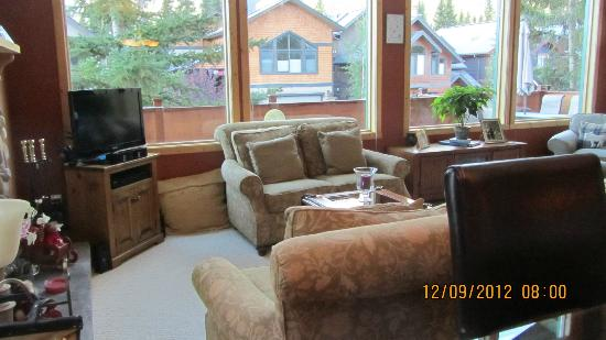 Cedar Springs Bed & Breakfast: The living room