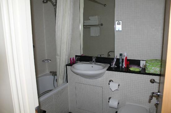 Kensington House Hotel: bathroom