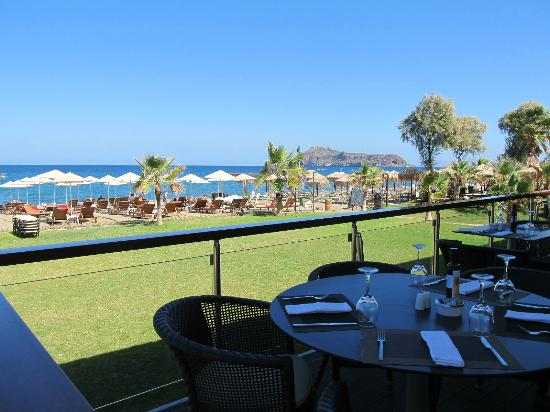 Minoa Palace Resort & Spa: Dining by the beach