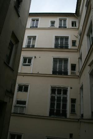 Hotel de la Place du Louvre: View from room of courtyard/alley