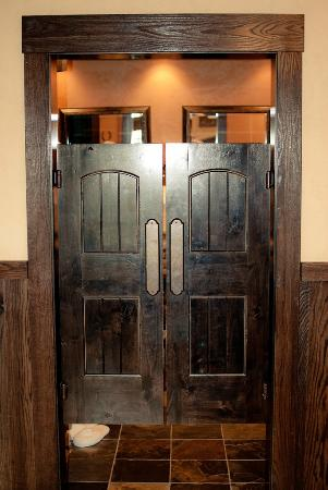 Copperstone Inn: Sundance Suite - Saloon Bathroom Doors