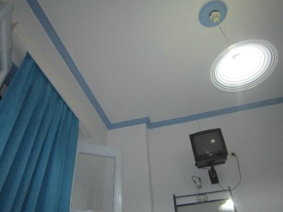 Blue Sky Hotel: Tenda, tv, lampadario