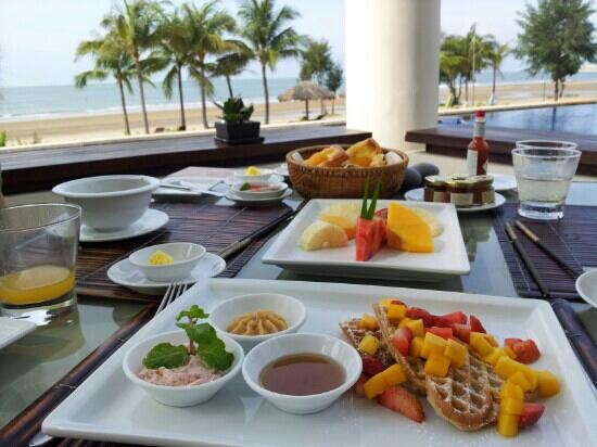 Princess D'An Nam Resort & Spa: breakfast by the water