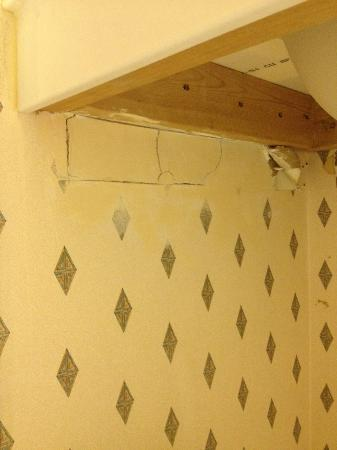 Holiday Inn Express Winchester: Bad wallpaper, drywall, construction