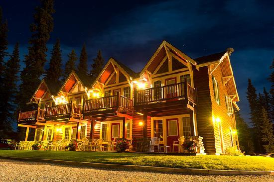 Paradise Lodge & Bungalows: Lodge at Night