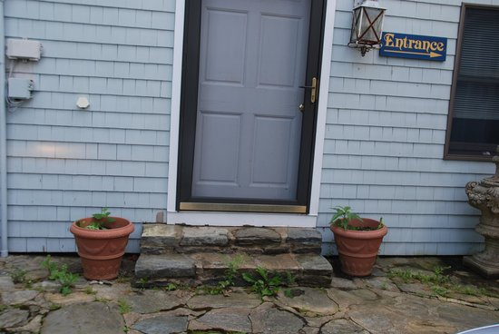 Sur La Mer Inn: The plantings by the front door