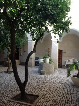 Alcantara, : The courtyard