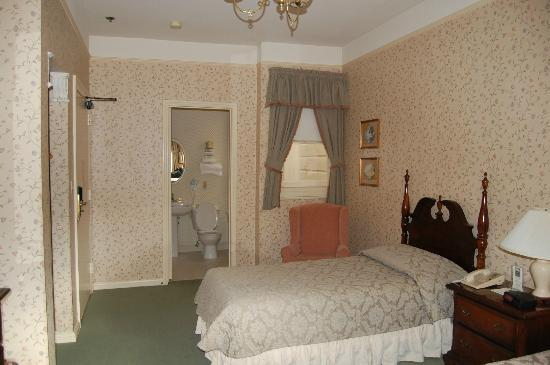 Stanyan Park Hotel: bed & bathroom
