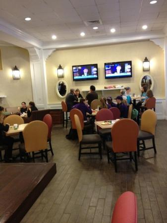 Hampton Inn Boston-Natick: The Breakfast Room is like a large family room!!