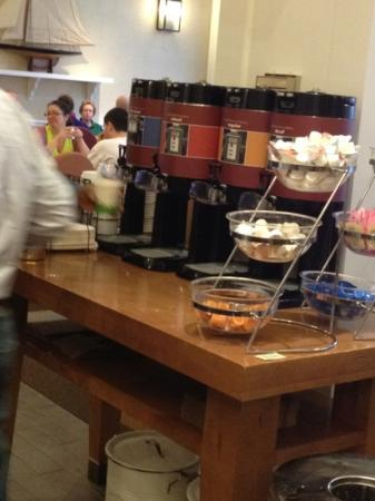 Hampton Inn Boston-Natick: 3 kinds of coffee, hot water and flavoured creamers !