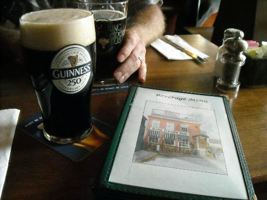 Damariscotta, เมน: Menu and tasty beverages - we tried the special Guinness brew they were advertising, too!