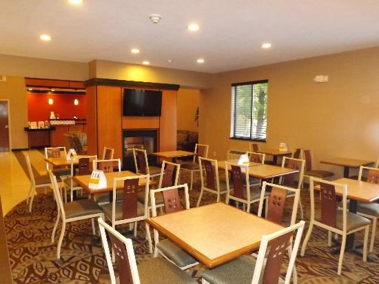Comfort Suites Northeast: Renovated Breakfast Room