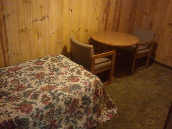 Bales Town and Country Motel: Small extra bed room in the 2 queen bed room