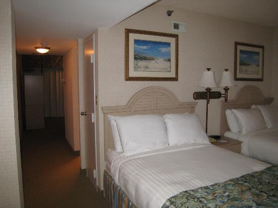 Virginia Beach Resort Hotel and Conference Center: bedroom area, looking down hall to living room area
