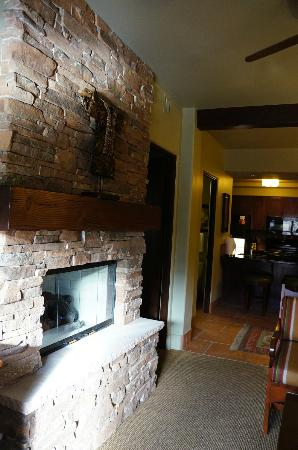 Hyatt Pinon Pointe: Fireplace and kitchen