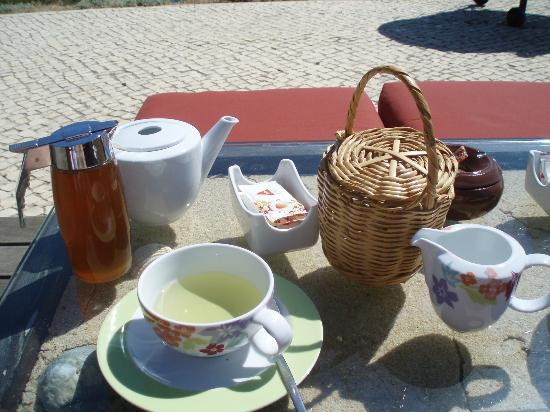 Falesia Hotel: Honey farm lemon grass tea, honey and scone in basket