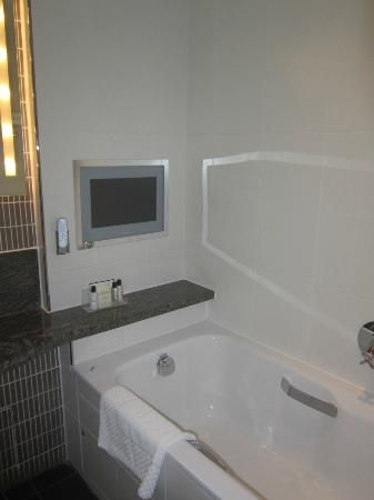 Rookery Hall Hotel & Spa: Behold, bathroom TV!