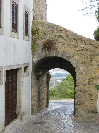 Casa Alta Royal Lodge: entering village of Ourem