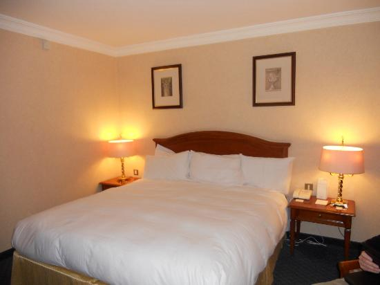 Killarney Plaza Hotel and Spa: our room,comfortable bed