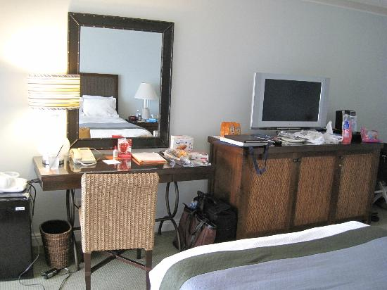 Loews Coronado Bay Resort: Desk and dresser in room