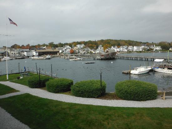 Boothbay Harbor Inn: View across harbor and walking bridge