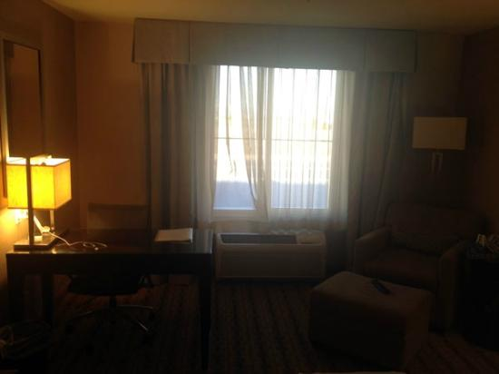 Holiday Inn Express Hotel and Suites Las Vegas 215 Beltway: Desk & Armchair