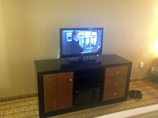 Holiday Inn Express Hotel and Suites Las Vegas 215 Beltway: Bedroom TV