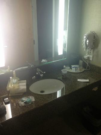 Holiday Inn Express Hotel and Suites Las Vegas 215 Beltway: Vanity