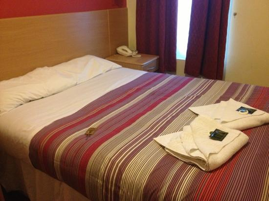 London Guest House: double bed