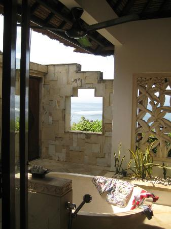 Batu Karang Lembongan Resort and Day Spa: View of spa bath through to ocean