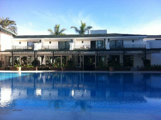 Hotel Los Monteros: Sun doesn't hit the pool until about 11am (in October anyway) but lovely once it did.
