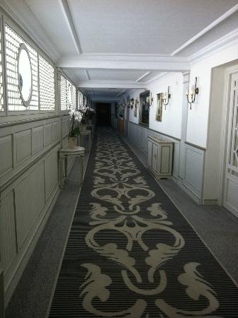 Hotel Los Monteros: The hallway down to the dining areas