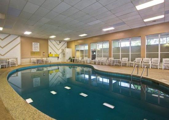 Quality Inn Wickliffe: Pool