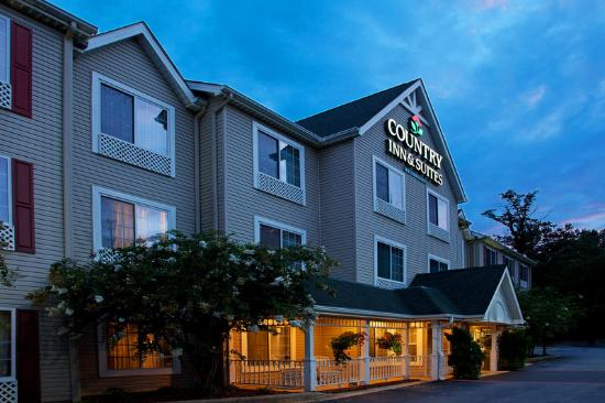 Country Inn &amp; Suites Asheville at Biltmore Square: CountryInn&amp;Suites Asheville ExteriorNight