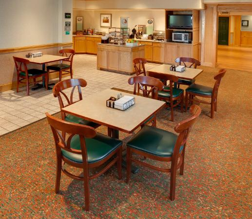 Country Inn & Suites Columbus Airport East: Breakfast Room