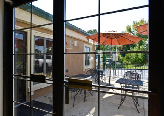 Econo Lodge at Thousand Hills: patio