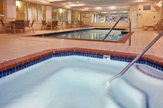 Holiday Inn Express Hotel &amp; Suites Vandalia: Whirlpool