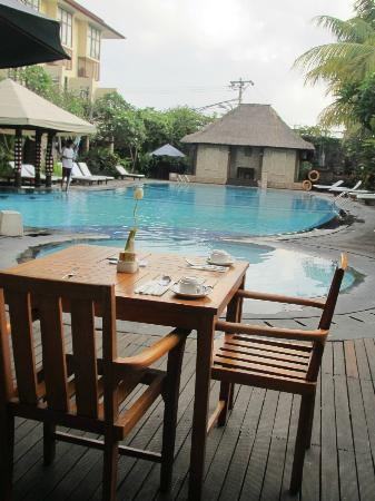 BEST WESTERN Resort Kuta: Poolside and dining by the pool.