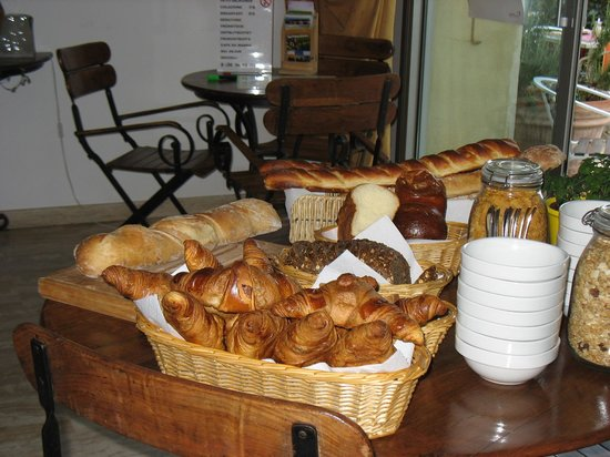 Caza Sereyna: piping hot croissants and breads for breakfast