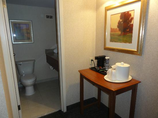 Holiday Inn Cincinnati Riverfront: Coffee making facilities
