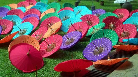 San Kamphaeng, Tajlandia: Beautiful Umbrellas and Fans - Handmade