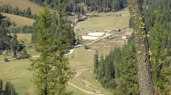 Red Horse Mountain Dude Ranch: The corrals from Lookout Point
