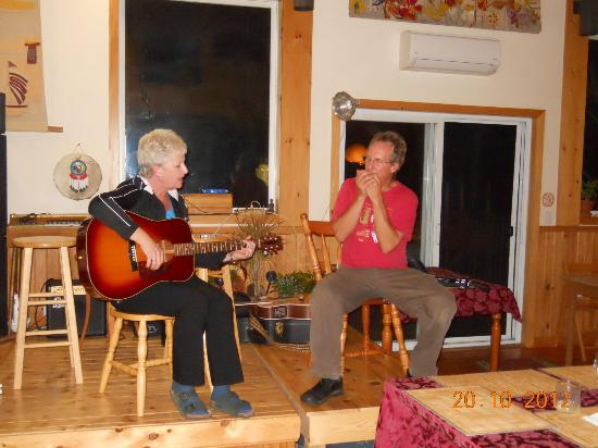 Cabot Shores Wilderness Resort: The owner Paul jamming with a weekend guest :)