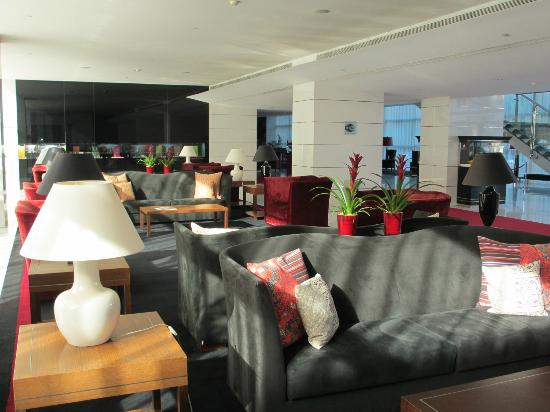 Sheraton Porto Hotel & Spa: The lobby is light and bright