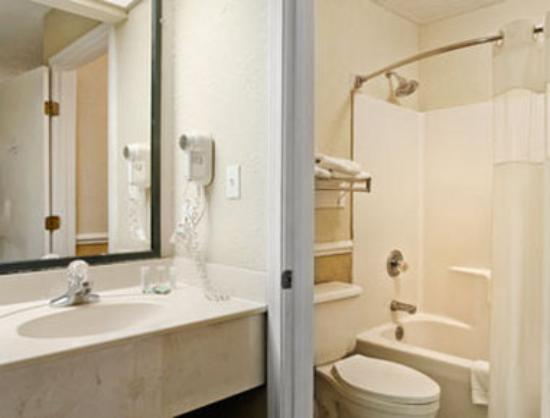 Travelodge Gulf Shores: Bathroom