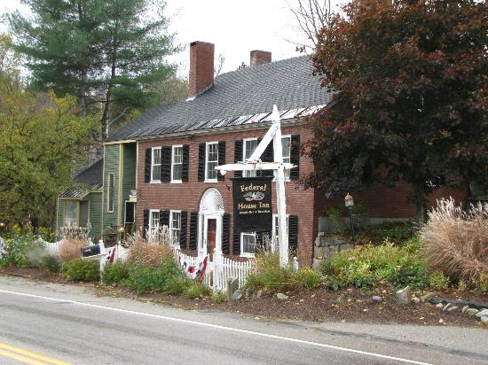 Federal House Inn: front of the inn, facing the highway