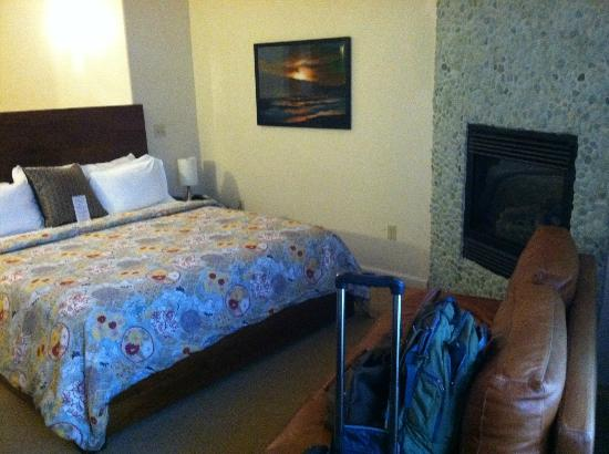El Colibri Hotel and Spa: Great comfortable bed and fireplace