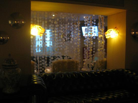 Baby Grand Hotel: Funky bar decor