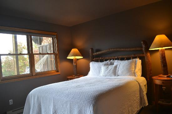 Beaver Lakefront Cabins: Suite D Bedroom