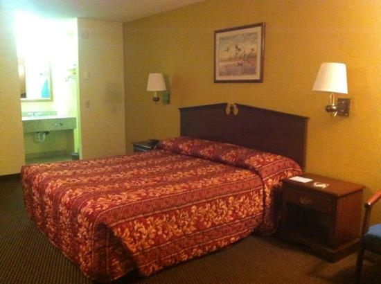 Econo Lodge - Crescent City: king non-smoking room. newer paint, very clean.